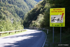 Der Schilderwald: Gefährdete Motorradfahrer in Slowenien